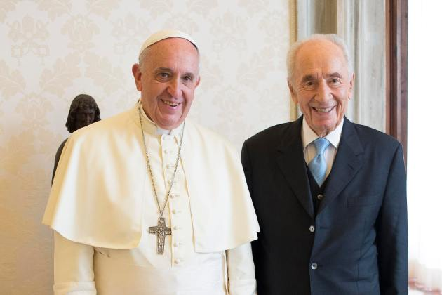 Pope Francis poses with former Israeli President Peres during a private meeting at the Vatican