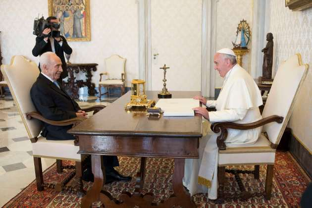 Pope Francis talks to former Israeli President Peres during a private meeting at the Vatican