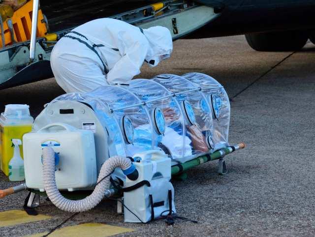 Un trabajador de salud español mira a los pacientes de Ebola, sacerdote católico Manuel García Viejo, antes de él la carga en un avión español de transporte de la Fuerza Aérea en el aeropuerto de Lungi (foto Reuters)