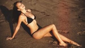 La hija modelo de Sean Penn en bikini… ¡suegro!