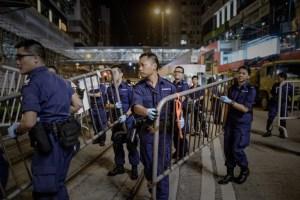 Policía de Hong Kong sigue desalojando lugares ocupados por manifestantes (Fotos)