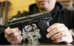 Excongresista Giffords busca votos a favor del control de armas en EEUU