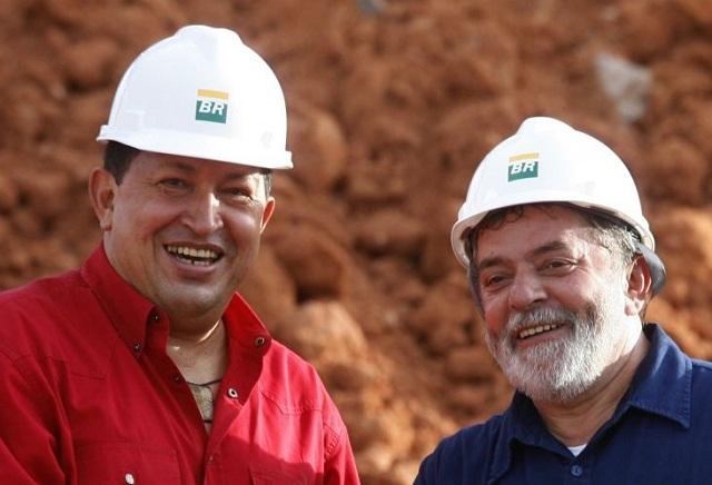 Chávez y Lula posan para la foto después de la firma del contrato entre las petroleras estatales Petrobras y PDVSA, en Recife, en 2005 (Foto: Jamil Bittar / Reuters)