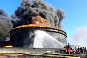 Incendio destruye dos depósitos petroleros en puerto de Libia