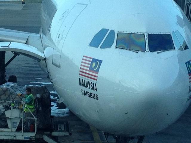 El airbus de  AirAsia X cargando pasajeros para Conviasa el 16 de dciembre de 2014 en Maiquetía / Foto LP