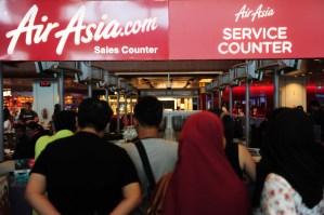 Indonesia suspende búsqueda del avión de AirAsia hasta el lunes