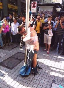 Joven es atado a un poste por intentar robar a un pensionado