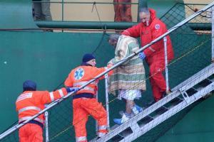 La Fiscalía italiana teme hallar cadáveres en los restos del ferry incendiado