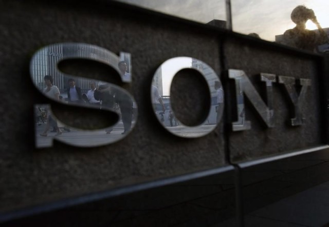 Personas se ven reflejadas en el logo de Sony en Tokio