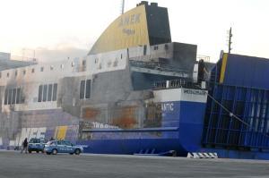 """El """"Norman Atlantic"""" llegó remolcado al puerto italiano de Brindisi"""