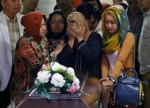 Sepelio de víctima de AirAsia revela gran pérdida familiar