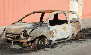 Franceses celebran el Año Nuevo incendiando 940 vehículos (Video)