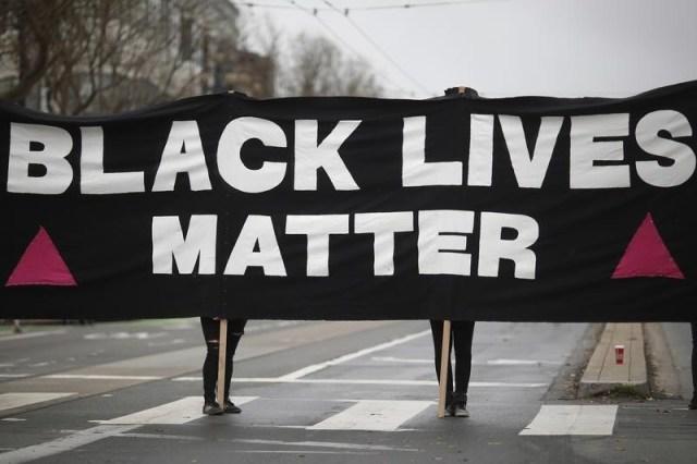 """Un grupo de manifestantes muestra una pancarta que reza """"Las vidas de los negros importan"""" durante una protesta en San Francisco"""