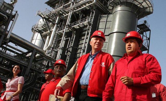 Rafael Ramírez, junto a Hugo Chávez, cuando era presidente de Pdvsa // EFE / Miraflores/