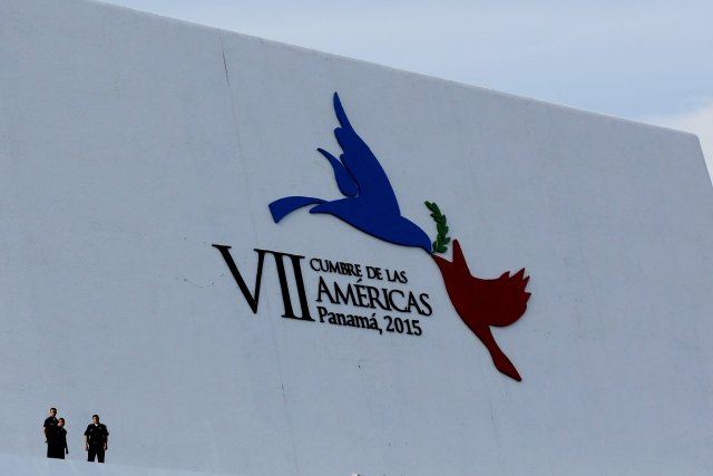 En la imagen, oficiales de policía frente al logo de la Cumbre de las Américas en la ciudad de Panamá,