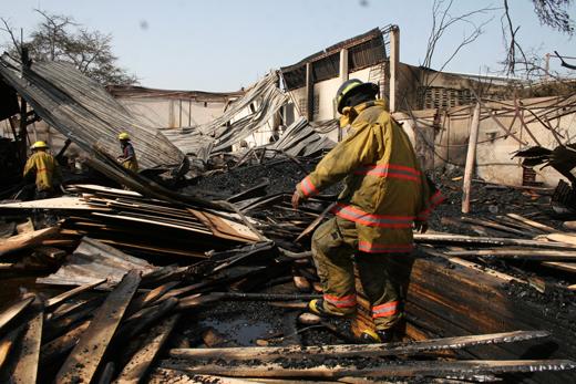 Foto: Fabrica de mueble en Aragua colapsa tras incendio / elaragueno.com.ve