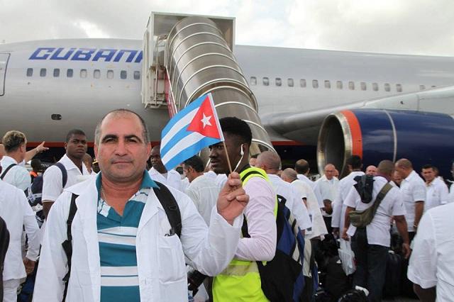 Misión de médicos cubanos en el momento que partían a una misión en Sierra Leona contra el ébola / Cubadebate