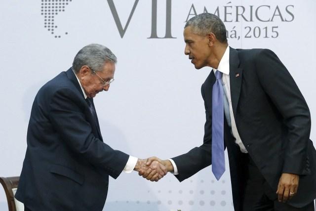 Obama y Castro se dan la mano mientras sostienen un encuentro bilateral durante la Cumbre de las Américas (Foto archivo)