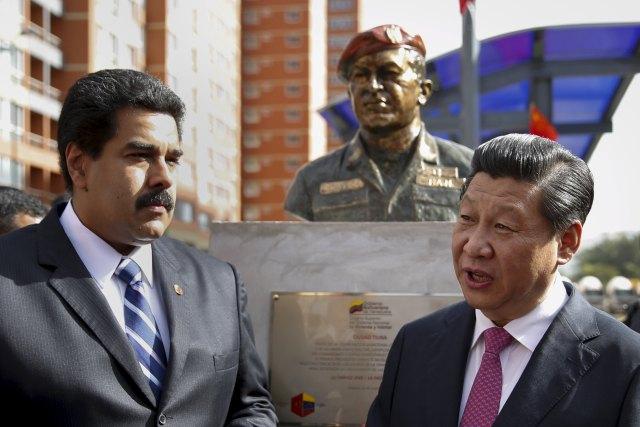 Otros tiempos. El presidente de China, Xi Jinping (R), habla con el presidente de Venezuela, Nicolás Maduro, frente a una estatua del difunto presidente de Venezuela, Hugo Chávez, durante una ceremonia en Caracas en esta foto de archivo del 21 de julio de 2014 /REUTERS / Carlos Garcia Rawlins