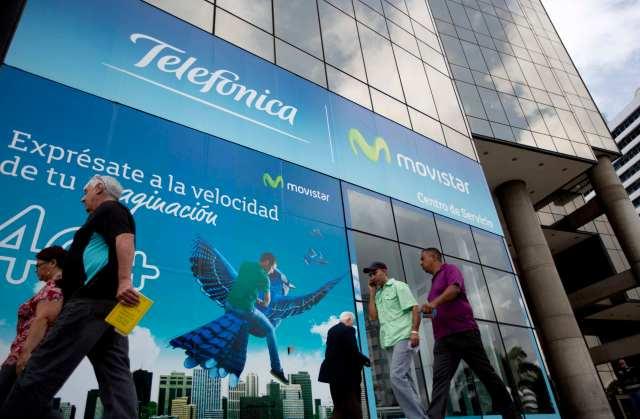 Frente del edificio de Movistar en Caracas, en foto del 30 de julio del 2015. La empresa telefónica privada más grande de Venezuela suspendió el servicio de llamadas a casi todos los países y solo ofrece llamadas a diez naciones como consecuencia del deterioro económico de la nación.  (AP Photo/Ariana Cubillos)