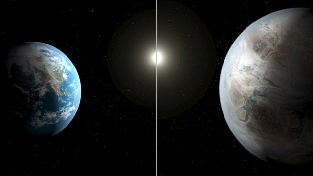 Representación artística difundida por la NASA de la Tierra (a la izquierda) comparada con un planeta similar llamado Kepler-452b, jul 23 2015. Científicos hallaron un planeta con algunas características similares a la Tierra más allá del sistema solar, usando el potente telescopio Kepler de la NASA. REUTERS/NASA/Ames/JPL-Caltech/T. Pyle/Handout IMAGEN SOLO PARA USO EDITORIAL CEDIDA A REUTERS COMO UN SERVICIO PARA SUS CLIENTES