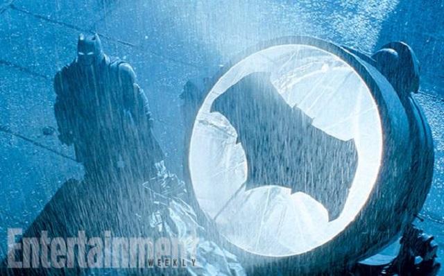 """Batman al lado de la """"bati-señal"""", vistiendo su traje reforzado que ya vimos en el tráiler"""