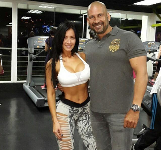 En el gym haciendo ejercicios de brazo quiero sexohola amigo disculpavivo en venezuela estoy sin dinero para mis hijosayudame solo ingresando y dandole skip ad en este enlace httpmetbzabigailayudameporfavor - 4 3