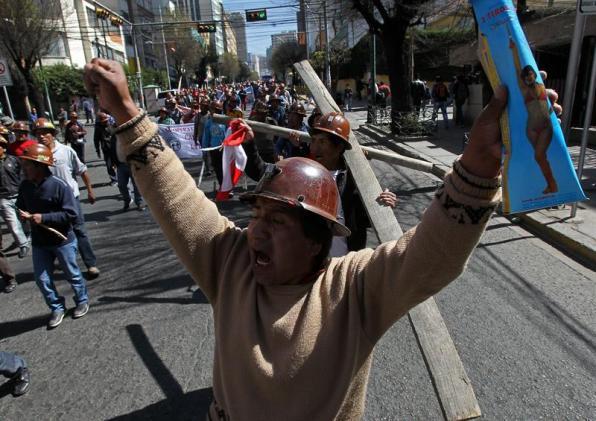 Foto: Integrantes del Comité Cívico de Potosí, junto con un grupo de mineros, participan en una manifestación el pasado 22 de julio de 2015 / EFE