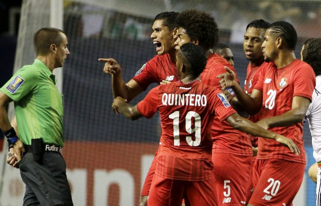 El panameño Valentín Pimentel, en el centro derecha, señala al árbitro Mark Geiger, que mostró una tarjeta roja al panameño Luis Tejada, que no aparece, en el primer tiempo de su partido de semifinales de la Copa de Oro contra México, el miércoles 22 de julio de 2015. en Atlanta. Foto: AP