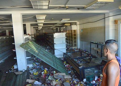 Foto: Arrasaron con los alimentos y productos plásticos de comercial Uniferia, de propietarios chinos / correodelcaroni.com
