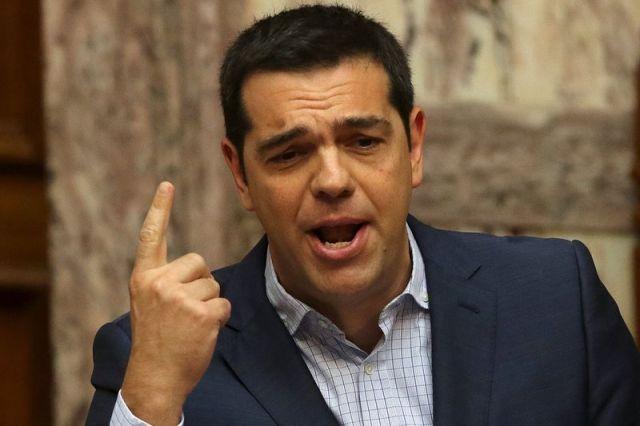 En la imagen de archivo, el primer ministro griego, Alexis Tsipras, responde preguntas ante el Parlamento en Atenas, Grecia, el 31 de julio de 2015. Grecia podría buscar en agosto hasta 24.000 millones de euros en un primer tamo de ayuda financiera de sus acreedores internacionales para respaldar a sus bancos y saldar deudas por vencer al Banco Central Europeo, informó un periódico griego pro gubernamental en su edición temprana del domingo. REUTERS/Yiannis Kourtoglou      TPX IMAGES OF THE DAY      - RTX1MILK