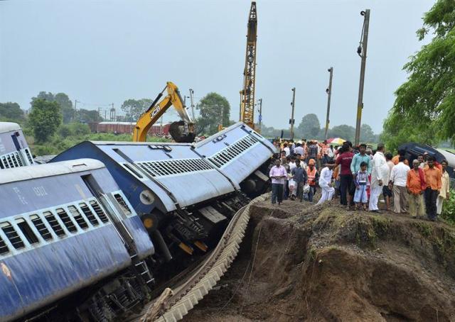 Miembros de los servicios de rescate trabajan en el lugar en el que dos trenes colisionaron cerca de la localidad de Harda, en el estado de Madhya Pradesh, en el centro de la India, hoy, 6 de agosto de 2015. Al menos 27 personas murieron ayer y otras 25 resultaron heridas a causa de una riada provocada por las lluvias que arrastró dos trenes cerca de Harda. El accidente ocurrió después de que dos trenes, el Kamayani Express y el Janata Express, fueron arrastrados por una fuerte riada tras haberse detenido previamente en un puente, dijo el portavoz de ferrocarriles, Alok Kumar. La red ferroviaria india es, con 65.000 kilómetros de recorrido, la cuarta por longitud del mundo, detrás de Estados Unidos, Rusia y China; cuenta con 1,3 millones de empleados y 12.500 trenes y transporta a diario a unos 23 millones de pasajeros. EFE/SANJEEV GUPTA