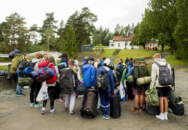 Varios jóvenes llegan a la isla de Utøya (Noruega) hoy, 6 de agosto de 2015. Más de mil miembros de las Juventudes Laboristas noruegas participarán a partir de mañana en el campamento de verano que la formación organizará en Utøya por vez primera después de la matanza cometida en la isla por el ultraderechista Anders Behring Breivik en 2011.EFE/Vegard Wivestad Groett