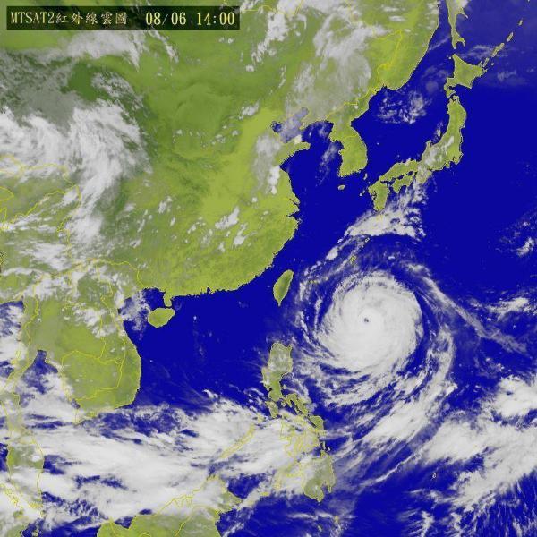 Fotografía facilitada por el Centro de Meteorología en Taipei (Taiwán) hoy 6 de agosto de 2015, que muestra una vista satélite del tifón Soudelor moviéndose hacia Taiwán y China. Los expertos predicen que el tifón, bautizado con el nombre de Hanna por las autoridades locales, estará a 355 kilómetros de Itbayat, Batanes, el próximo sábado, y habrá salido de aguas filipinas el domingo en dirección hacia Taiwán y China. EFE/CWB