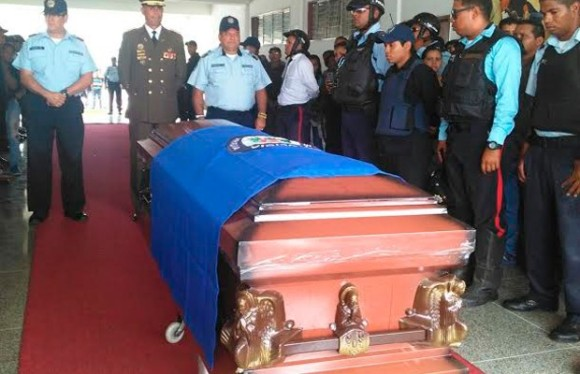 Foto: El oficial de la PA Nelson Javier Álvarez Hernández recibió los honores post mortem / laragueno.com.ve