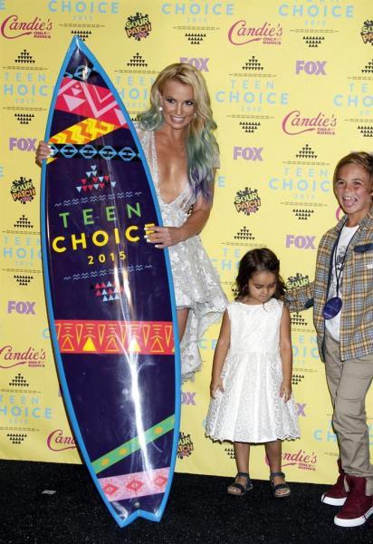 La cantante estadounidense Britney Spears posa para los fotógrafos durante la entrega de los galardones 2015 Teen Choice Awards en el Galen Center de Los Ángeles, California (Estados Unidos) el 16 de agosto de 2015. EFE/Jimmy Morris