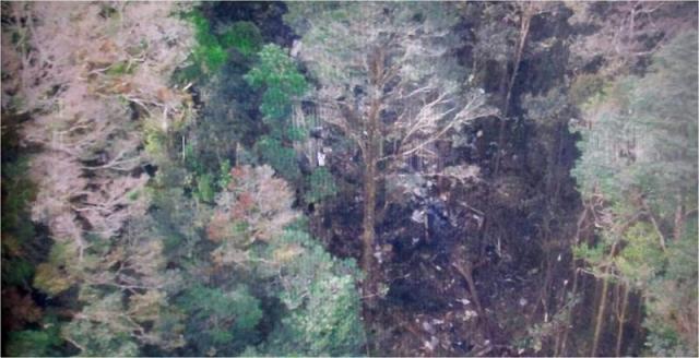 Foto facilitada por la Agencia Nacional de Búsqueda y Rescate (BASARNAS) hoy, 17 de agosto de 2015 que muestra el lugar donde se presume se estrelló el avión de Tigana Air ATR 42 cerca de Oksibil, Papua (Indonsesia). Los equipos de rescate indonesios localizaron hoy restos del avión que se estrelló el domingo con 54 personas a bordo en una remota zona montañosa de la provincia de Papúa, en el este del país, informó la prensa local. EFE/Agencia Nacional de Búsqueda y Rescate