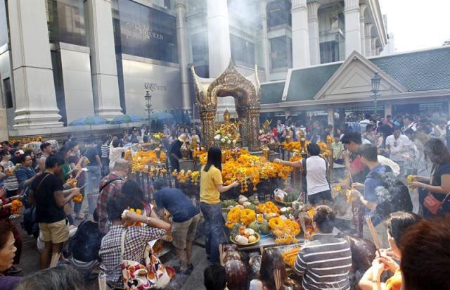 Foto de archivo tomada el 2 de enero de 2015 de varios turistas chinos y tailandeses congregados para venerar al dios Brahma hindú para celebrar el Año Nuevo en el templo Erawan, en Bangkok (Tailandia). Una gran explosión en el centro de Bangkok ha causado hoy, 17 de agosto de 2015, la muerte de varias personas en una de las intersecciones más transitadas de la ciudad, según se puede apreciar en las fotografías publicadas por usuarios de Twitter. EFE/Rungroj Yongrit