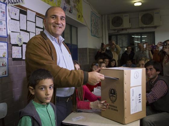 El vicegobernador de Tucumán, votando este domingo / AFP