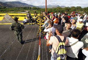 Abren la frontera con Colombia, y este es el mar de venezolanos que espera para cruzar (VIDEO)