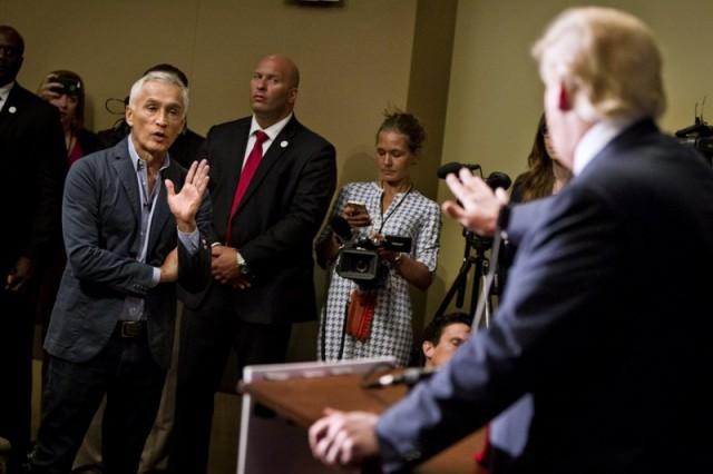Foto: Jorge Ramos, un presentador de la cadena de televisión en español Univisión, fue expulsado el martes de la rueda de prensa de Donald Trump en Dubuque, Iowa / Reuters