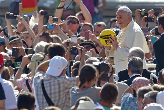 El papa Francisco a su llegada a la audiencia general del miércoles en la plaza de San Pedro en el Vaticano hoy, 26 de agosto de 2015. EFE/Ettore Ferrari