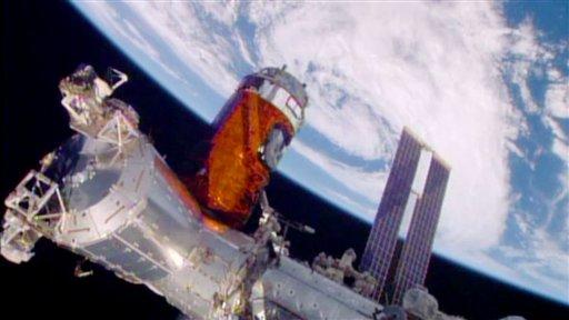 Foto: El proceso de acoplamiento de una nave de carga a la estación espacial internacional en órbita el 24 de agosto del 2015. La nueva carga incluye whisky y otros licores. (NASA via AP)