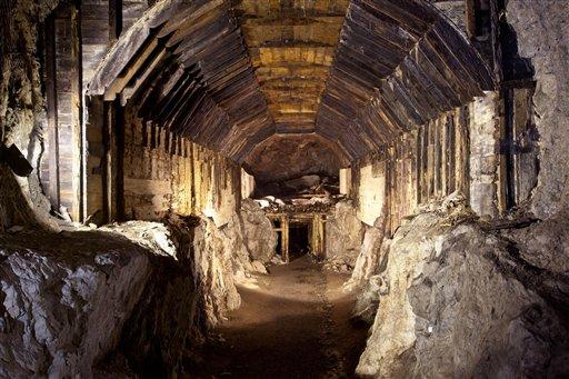 Foto: El sistema subterráneo construido por Alemania nazi en lo que ahora es Gluszyca-Osowka, Polonia. Según una leyenda polaca, un tren nazi cargado de oro y armas desapareció en las montañas al final de la Segunda Guerra Mundial. Ahora dos hombres dicen que conocen la ubicación del misterioso tren y exigen 10% de su valor por revelar su ubicación / AP