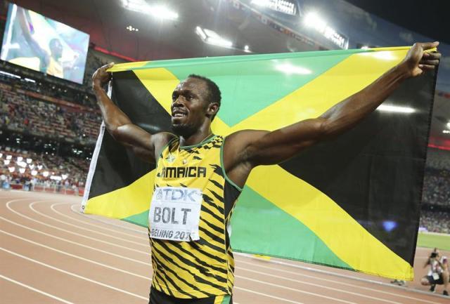 El atleta jamaicano Usain Bolt celebra su victoria en la final masculina de 200m en los Mundiales de Atletismo que se celebran en el Estadio Nacional en Pekín (China) hoy, 27 de agosto de 2015. EFE/DIEGO AZUBEL