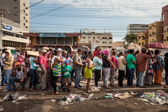 Las largas filas por alimentos son una realidad diaria para los venezolanos. PHOTO: MIGUEL GUTIÉRREZ FOR THE WALL STREET JOURNAL