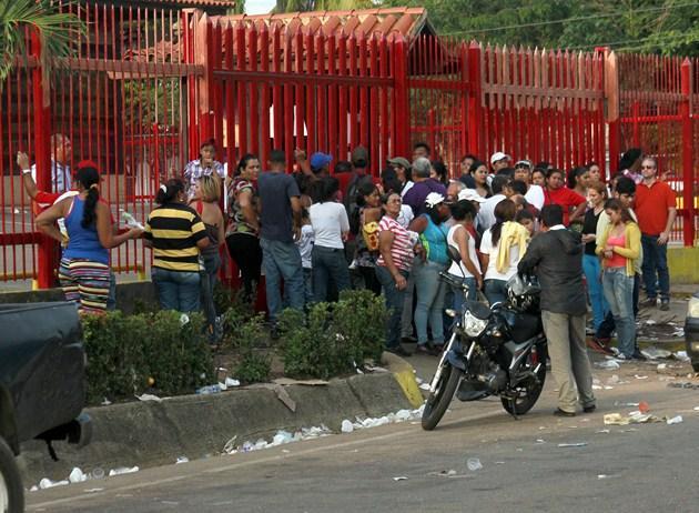Foto: Ciudadanos permanecían en las afueras del establecimiento esperando que les vendieran algún producto / nuevaprensa.com.ve