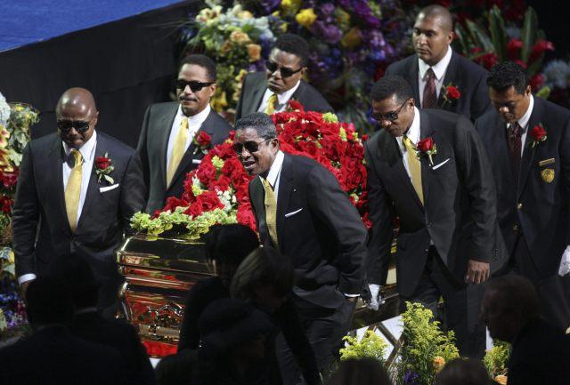 THM94. LOS ÁNGELES (CA, EEUU), 07/07/09.- Miembros de la familia Jackson cargan el ataúd de la estrella del pop estadounidense Michael Jackson hoy, 7 de julio de 2009, durante el homenaje póstumo llevado a cabo en el Staples Center de Los Ángeles, California (EEUU). EFE/MARIO ANZUONI/POOL