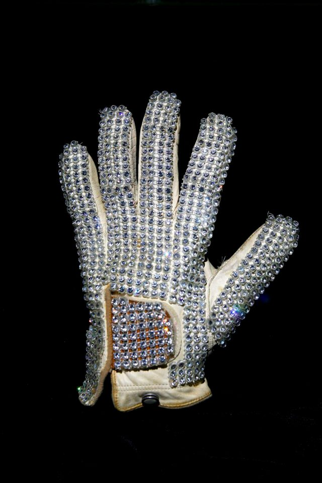 CC04 MACAU (CHINA) 01/02/2010.- Un guante decorado con diamantes de imitación que perteneció al cantante Michael Jackson se exhibe en una exposición permanente de la Galería Michael Jackson en Macau, China, hoy, lunes 1 de febrero de 2010. Alrededor de 40 objetos que pertenecieron a Michael Jackson, adquiridos en 2009 en diversas subastas en Nueva York y con un valor aproximado al millón de dólares son exhibidos en la Galeria Michael Jackson, que abrió sus puertas el 1 de febrero de 2010.EFE/Carmo Correia
