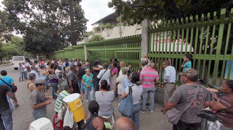 Ayer antes de las 5:00 am ya había cientos de personas fuera del Abasto Bicentenario de Macaracuay (Foto El Nacional)
